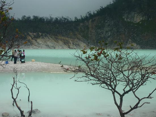 air hijau biru di kawah putih bandung